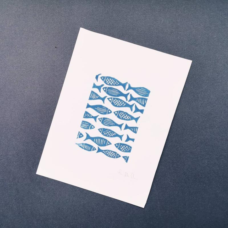 Linoleografia con pesci blu su sfondo blu scuro