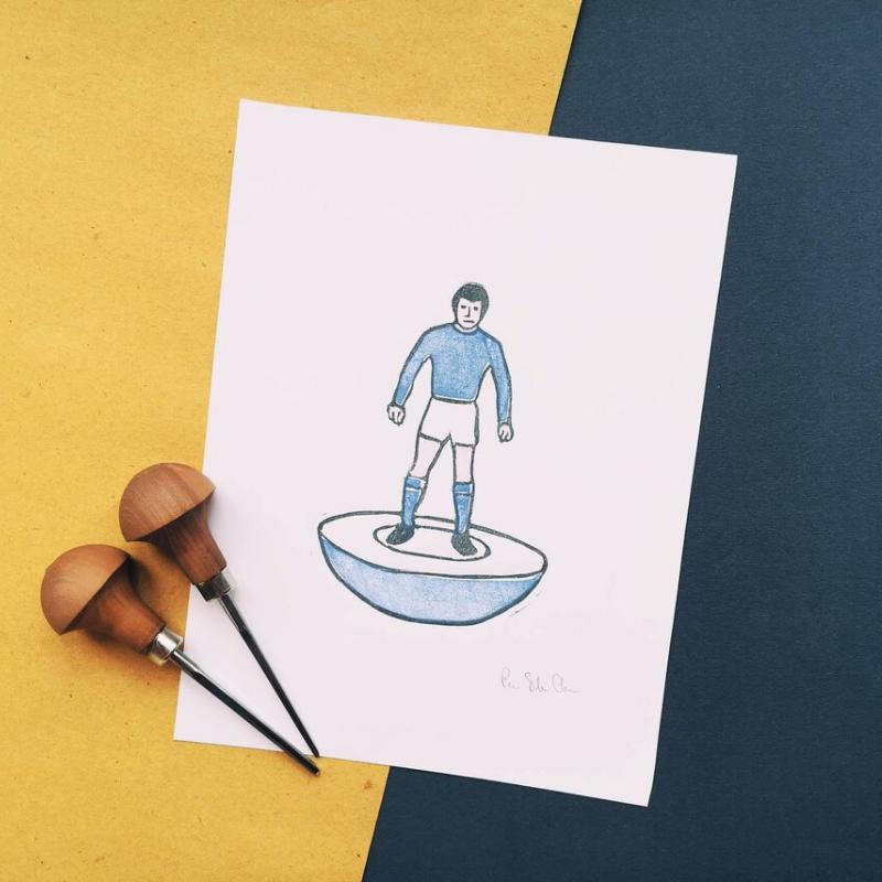 Linoleografia di un giocatore del subbuteo che indossa la divisa della nazionale italiana
